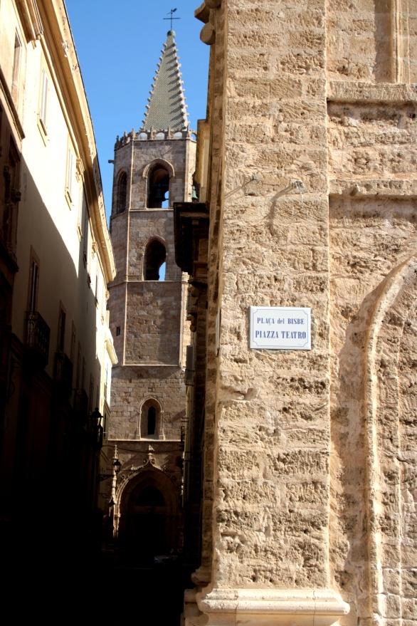 Piazza del teatro e campanile di Santa Maria
